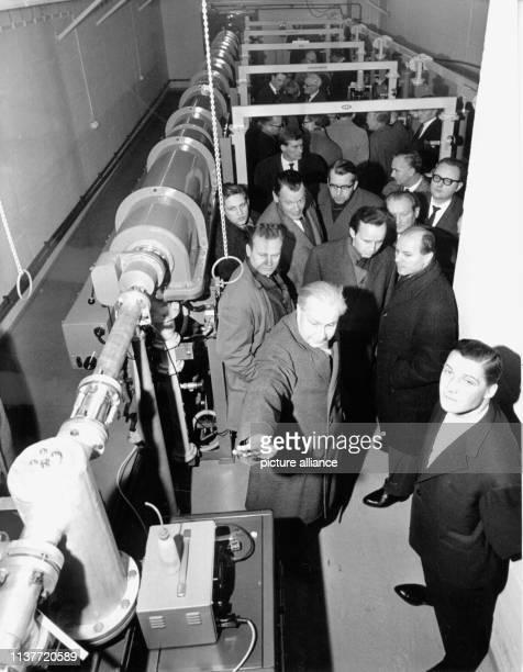 Die Linearbeschleunigungsanlage während einer ersten Besichtigung im Jahr 1962 Am 19 Dezember 1959 wurde in Hamburg der Staatsvertrag über die...