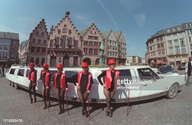 Die längste für den Straßenverkehr zugelassene Limousine der Welt, gesehen durch ein Fischaugen-Objektiv, wird am 17.4.1996 von fünf Hostessen auf...