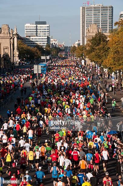 Die Läufer beim 39 BerlinMarathon auf der Straße des 17 Juni in BerlinTiergarten passieren das Charlottenburger Tor