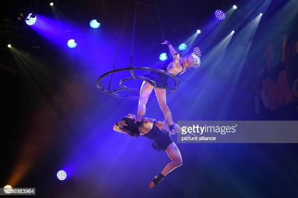 """Die Luftakrobaten """"Duo Azelle"""" posieren am in Düsseldorf mit ihrer Luftakrobatik-Show auf der Bühne im Theater """"Roncalli`s Apollo Varietè"""" bei der..."""