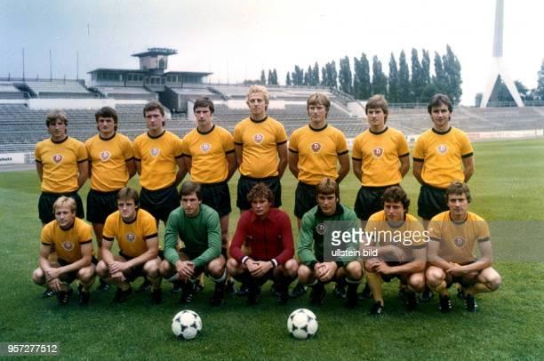 Die Mannschaft der SG Dynamo Dresden 1980/1981 aufgenommen am 1691980 im DynamoStadion in Dresden Stehend vlnr Mannschaftskapitän HansJürgen Dörner...
