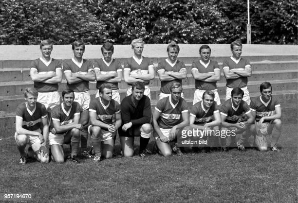 Die Mannschaft des DDRFußballOberligisten FC Hansa Rostock aufgenommen vor der Saison 1970/71 in Rostock Stehend Gerd Kische Herbert Pankau Dieter...