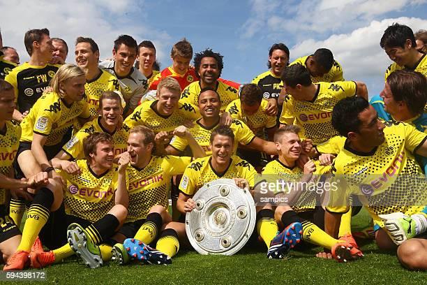 Die Mannschaft des deutschen Meisters Borussia Dortmund präsentiert auf dem Trainingsgelände die Meisterschale nachdem es bei den Feierlichkeiten am...