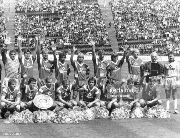 Die Mannschaft des FC Bayern München gewinnt am 1761987 vor 59000 Zuschauern im heimischen Olympiastadion 10 gegen Schalke 04 und sichert sich damit...