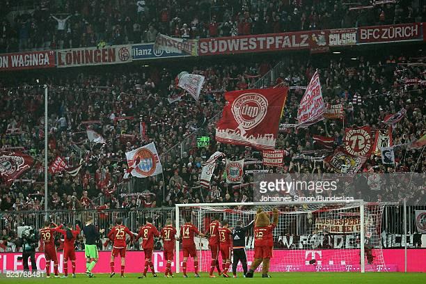 Die Mannschaft des FCBayern jubelt in der Suedkurve mit den Fans nach dem BundesligaSpiel FC Bayern Muenchen gegen den Hamburger SV am 30Maerz 2013...