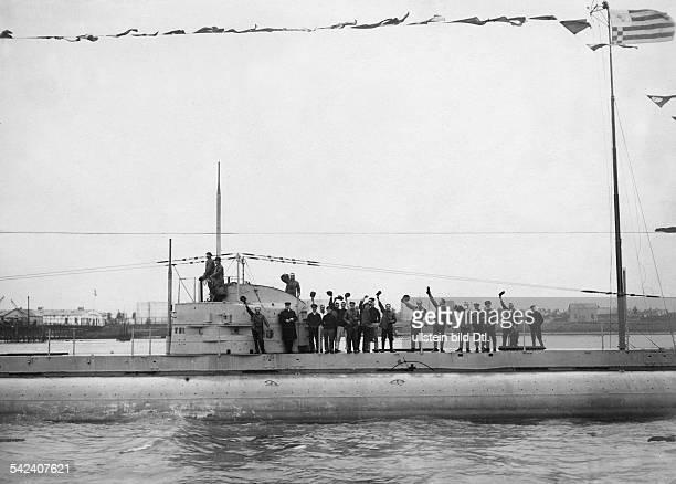 Die Mannschaft des FrachtUBootes'Deutschland' begrüßt auf der Weserentgegenkommende Dampfer 1916