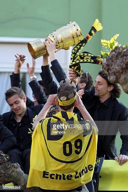 Die Mannschaft jubelt den Fans aus dem Bus zu Double Sieger Doublesieger Meister und Pokal Sieger Borussia Dortmund 2012 auf den Autokorso durch die...