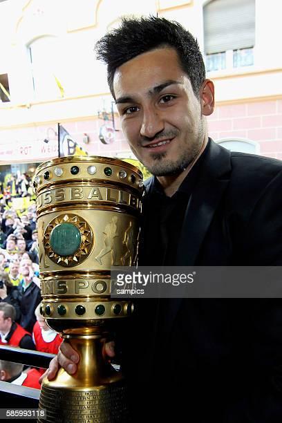 Die Mannschaft jubelt den Fans aus dem Bus zu Ilkay Gündogan Guendogan Borussia Dortmund mit DFB Pokal Double Sieger Doublesieger Meister und Pokal...