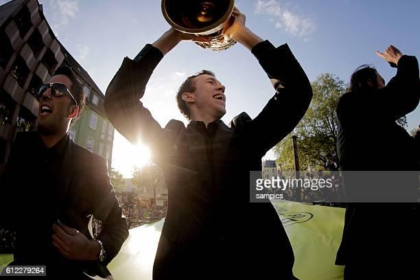 Die Mannschaft jubelt den Fans aus dem Bus zu Ivan Perisic Borussia Dortmund mit DFB Pokal Double Sieger Doublesieger Meister und Pokal Sieger...