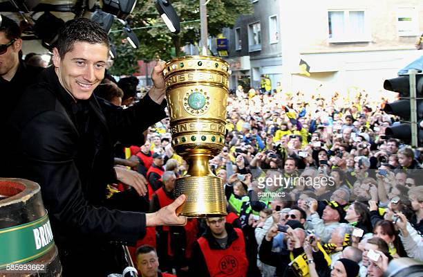 Die Mannschaft jubelt den Fans aus dem Bus zu Robert Lewandowski Borussia Dortmund mit DFB Pokal Double Sieger Doublesieger Meister und Pokal Sieger...