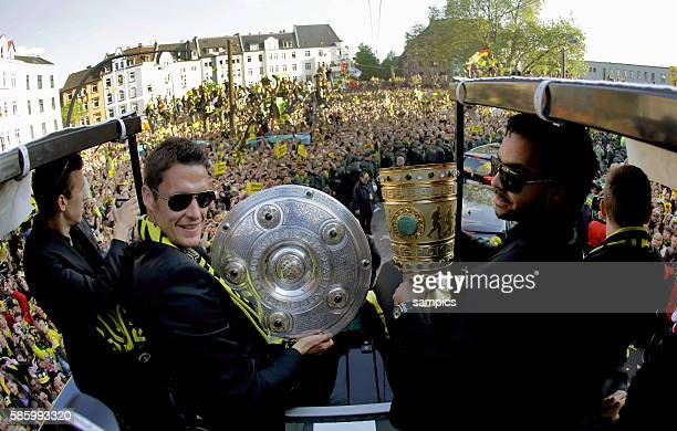Die Mannschaft jubelt den Fans aus dem Bus zu Sebastian Kehl Borussia Dortmund und Patrick Owomoyela Borussia Dortmund mit DFB Pokal und...