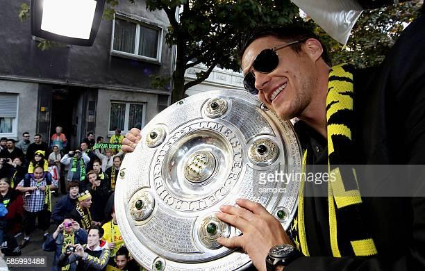 Die Mannschaft jubelt den Fans aus dem Bus zu Sebastian Kehl Borussia Dortmund mit meisterschale Double Sieger Doublesieger Meister und Pokal Sieger...
