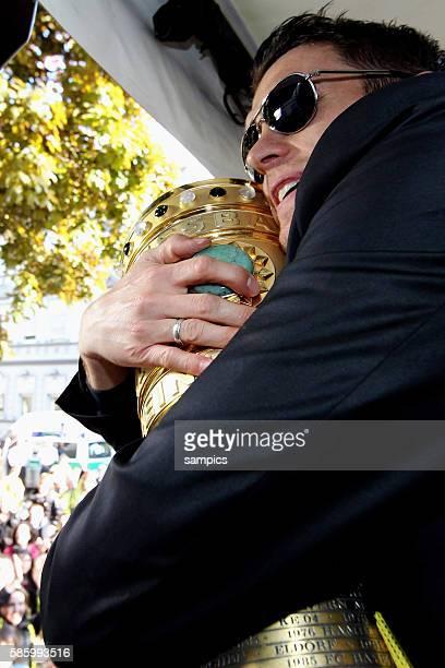 Die Mannschaft jubelt den Fans aus dem Bus zu Sebastian Kehl Borussia Dortmund mit DFB Pokal Double Sieger Doublesieger Meister und Pokal Sieger...