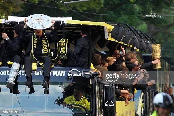 Die Mannschaft jubelt den Fans aus dem Bus zu Trainer Jürgen Juergen Klopp Borussia Dortmund und Sebastian Kehl Borussia Dortmund sitzen vorne auf...