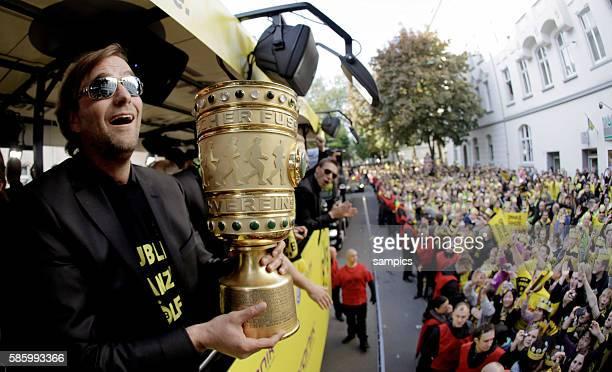 Die Mannschaft jubelt den Fans aus dem Bus zu Trainer Jürgen Juergen Klopp Borussia Dortmund mit DFB Pokal Double Sieger Doublesieger Meister und...