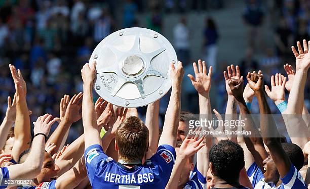 Die Mannschaft von Hertha BSC bejubelt die 2 Bundesliga Meisterschaft und den Aufstieg in die 1 Bundesliga mit der Meisterfelge auf dem Podium nach...