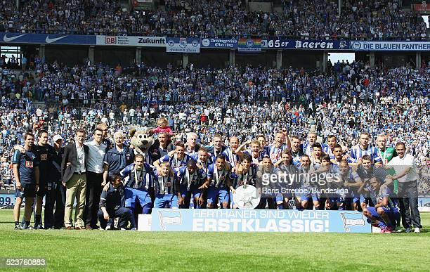Die Mannschaft von Hertha BSC bejubelt die 2 Bundesliga Meisterschaft und den Aufstieg in die 1 Bundesliga beim Mannschaftsfoto mit der Meisterfelge...