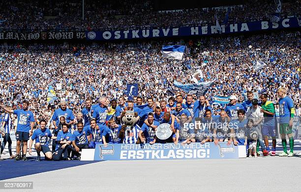 Die Mannschaft von Hertha BSC bejubelt die 2 Bundesliga Meisterschaft und den Aufstieg in die 1 Bundesliga beim Mannschaftsfoto vor der Fankurve mit...