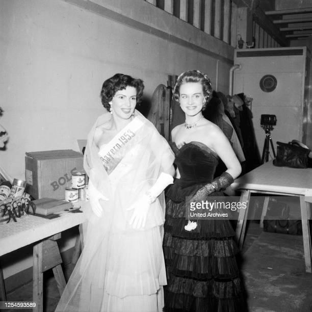 Die Miss Bayern 1953, Gardi Artinger, bei der Wahl zur Miss Germany 1953 / 54 in der Ernst-Merck-Halle in Hamburg - Sie wurde die vierte Ehefrau von...