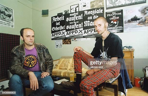 Die Mitglieder der Anarchistischen PogoPartei Deutschlands APPD Karl Nagel und Bambino in ihrer Privatsphäre An einer Wand des Raumes hängen...