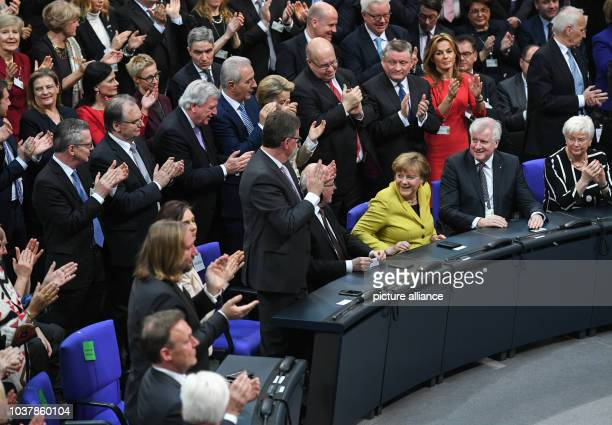 Die Mitglieder der Bundesversammlung applaudieren während Bundeskanzlerin Angela Merkel und der bayerische Ministerpräsident Horst Seehofer noch...