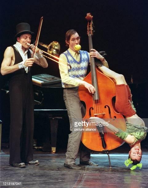 """Die Mitglieder der deutsch-französischen Artistengruppe des """"Nouveau Cirque"""" namens """"Gosh"""" präsentieren 25.1.1999 auf dem Münchner Tollwood-Gelände..."""