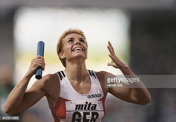 Die Mittelstreckenläuferin Grit Breuer hält nach dem Gewinn der 4 x 400 m Staffel das Staffelholz in der Hand Sie und ihr Team holten 1997 bei der...