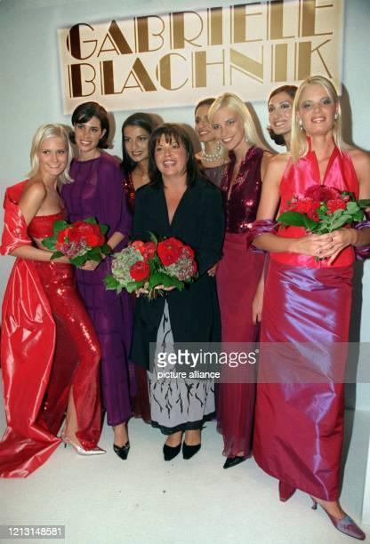 Die Münchner Modedesignerin Gabriele Blachnik wird von ihren Models am Ende der Jubiläumsschau am 9.9.1999 in München umringt. Die Präsentation ihrer...