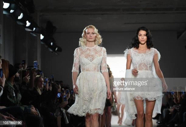 """Die Models Franziska Knuppe und Rebecca Mir präsentieren am in Berlin eine Kreation des Labels """"Ewa Herzog"""". Im Rahmen der Berlin Fashion Week werden..."""