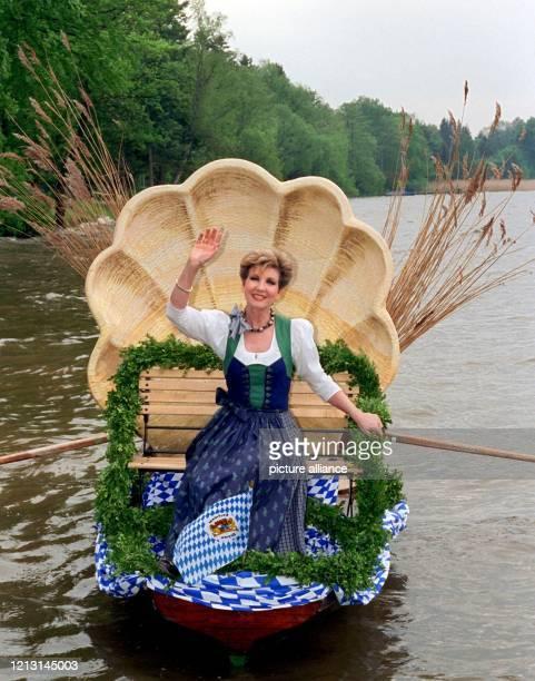 """Die Moderatorin der """"Volkstümlichen Hitparade"""", Carolin Reiber, winkt am 18.5.1999 von einem geschmückten """"Muschelboot"""" auf dem Starnberger See bei..."""