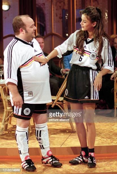 Die Moderatorin Verona Feldbusch, bekleidet mit dem Trikot der deutschen Nationalmannschaft, befühlt am 30.5.1998 während der ZDF-Fernsehshow...