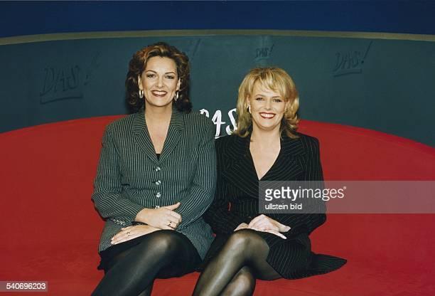 Die Moderatorinnen des NDR Eva Herman und Bettina Tietjen im Januar 1998 im Fernsehstudio der Sendung ' DAS' zusammen auf dem roten Sofa sitzend...