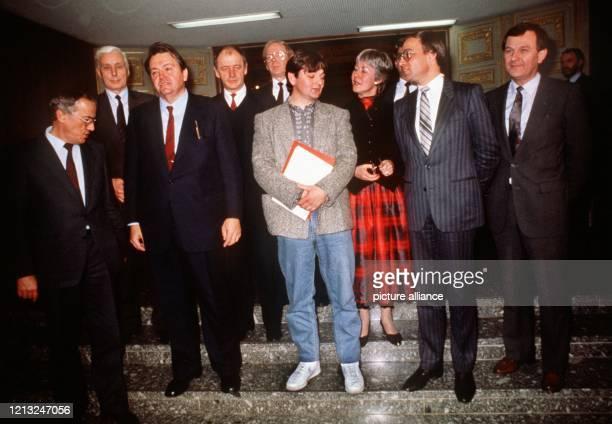 Die neue hessische Landesregierung stellt sich am 12 Dezember 1985 den Fotografen zum Gruppenbild nachdem der hessische Landtag in Wiesbaden mit den...