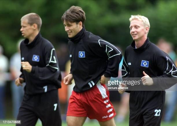 Die neuen Spieler vom Hamburger SV, Roy Präger und Niko Kovac , laufen sich am neben Martin Groth beim ersten Training für die kommende Saison auf...