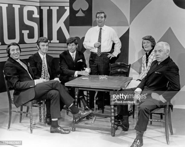 """Die Nilsen Brothers, Gastgeber Karl Heinz Bender, Buddy Caine und Kurt Lauterbach in der NDR Fernsehshow """"18 - 20 - nur nicht passen"""", Deutschland..."""