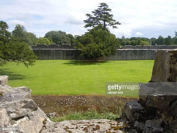 Die normannische Burganlage aus dem 13 Jahrhundert hatte beträchtliche Ausmaße aufgenommen am 22 Juli 2015 in der Kleinstadt Adare bei Limerick