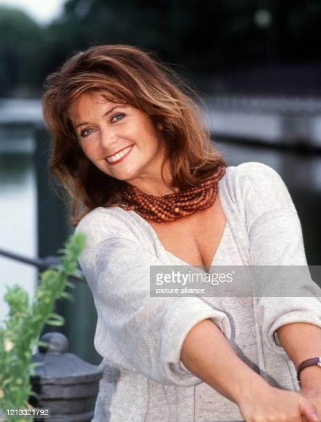 Die norwegische Entertainerin Wencke Myhre feiert am 15.2.1997 ihren 50. Geburtstag. 1962 war die in Oslo geborene Tochter eines Verkehrspolizisten...