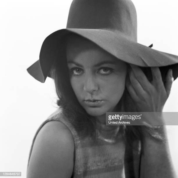 Die norwegische Modedesignerin Kiky Byrne bei einem Fotoshooting, Porträt, Deutschland 1968.