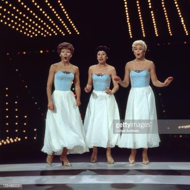 Die norwegische Schlagersängerin Wencke Myhre singt einem Damentrio im Stil der Andrews-Sisters, Deutschland 1970er Jahre.