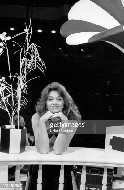 """Die norwegische Sängerin Wencke Myrhe in ihrer Show """"Ein Abend mit Wencke Myrhe"""", Deutschland Anfang 1980er Jahre."""