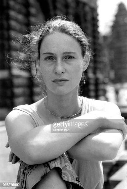 Die Opernsängerin Annette Jahns sitzt im August 1990 vor der Semperoper in Dresden Nach ihrem Studium an der Musikhochschule Dresden gehörte sie seit...