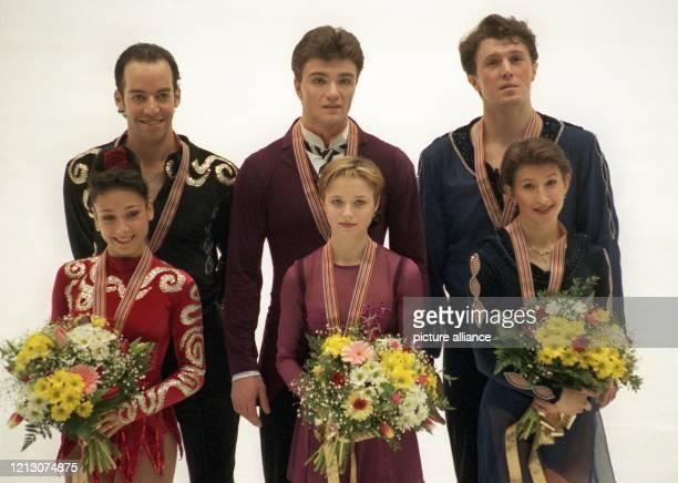 Die PaarlaufMedaillengewinner der EiskunstlaufEM stellen sich am 1411998 im Mailänder Forum für ein gemeinsames Foto auf Das russische Duo Elena...