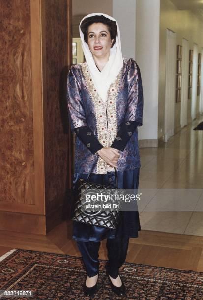Die pakistanische Regierungschefin Benazir Bhutto auf Staatsbesuch in Bonn. Sie trägt ein weißes Kopftuch und ein festliches dunkelblaues Gewand. In...