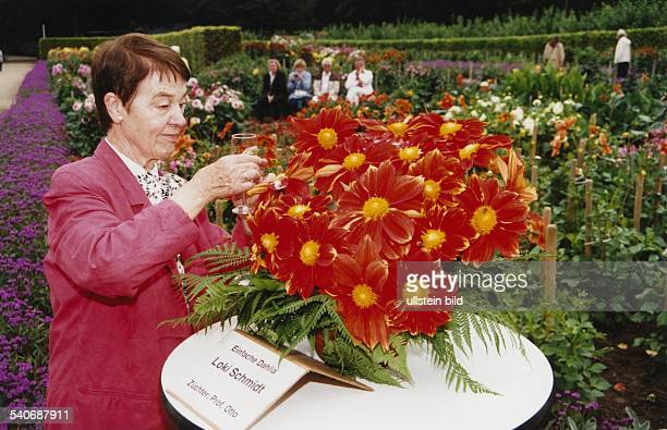 Die Pflanzenliebhaberin Loki Schmidt tauft eine nach ihr benannte Dahlie die von Prof Otto gezüchtet wurde