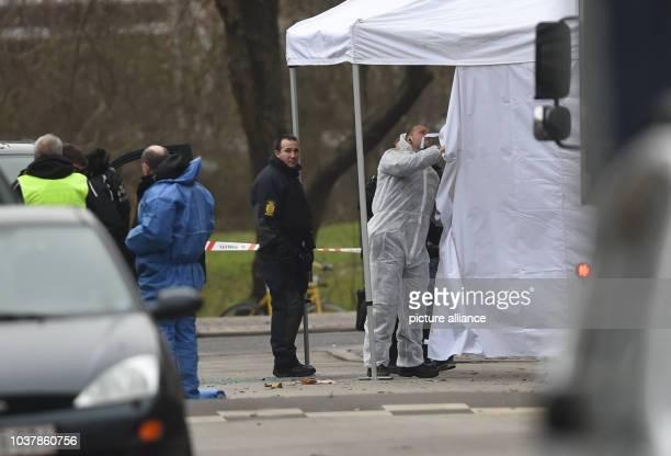 Die Polizei transportiert am in Kopenhagen in der Nähe des Bahnhofs Norrebro die Leiche des Schützen ab Nach dem Terrorangriff auf ein Kulturcafé in...