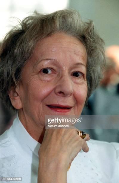 Die polnische Schriftstellerin Wislawa Szymborska erhält den LiteraturNobelpreis 1996 Die am 2 Juli 1923 in Bnin bei Posen geborene Lyrikerin hat in...