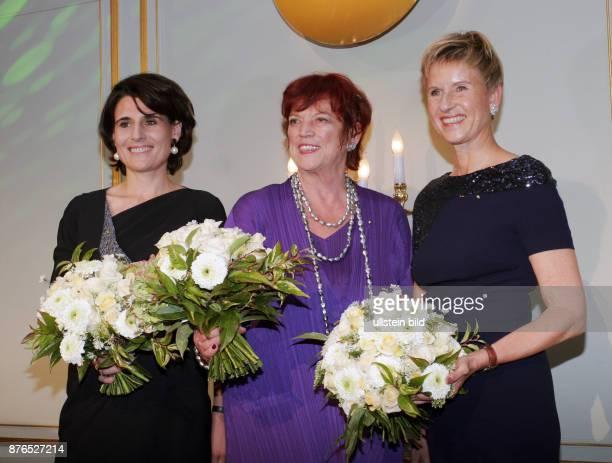 Die Preisträgerinnen Sophie Boissard Vorstandsvorsitzende von Korian Unternehmerin Susanne Klatten Filmproduzentin Regina Ziegler vl nach der...