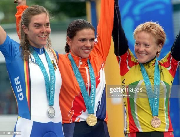 Die Radsportlerinnen Hanka Kupfernagel aus Deutschland, die Niederländerin Leontien Zijlaard und Diana Ziliuta aus Litauen jubeln am 26.9.2000 in...