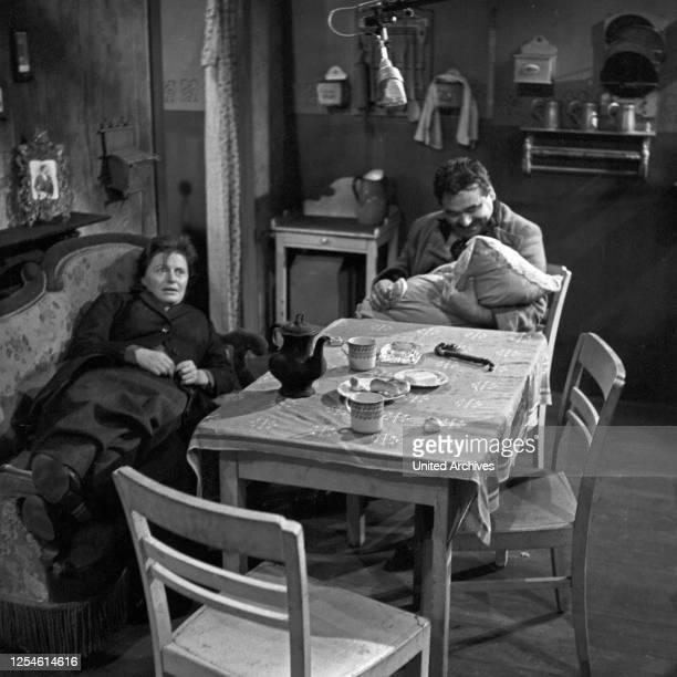 Die Ratten, Fernsehspiel, Deutschland 1959, Regie: John Olden, Darsteller: Gisela von Collande, Peter Mosbacher.