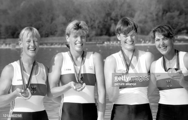 Die Rudererinnen des DDR-Frauen-Doppelvierers mit Kerstin Müller, Sybille Schmidt, Birgit Peter und Kristina Mundt zeigen bei der Siegerehrung...